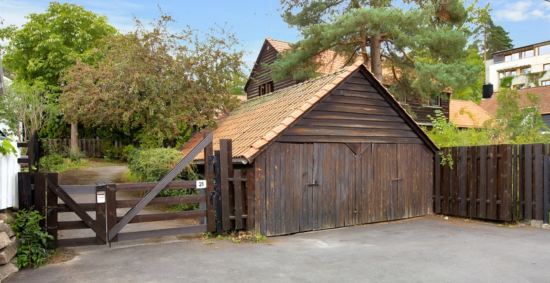 Garasje med plass til to bilder og oppbevaring i adkomst til boligen