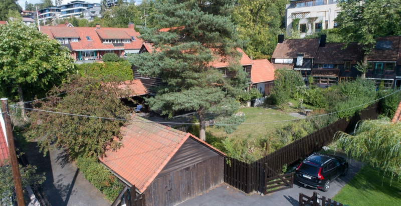Dronefoto tatt mot garasjen med boligen i bakkant