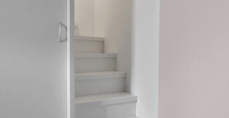 Trappen går ned til hovedsoverom med en-suite bad