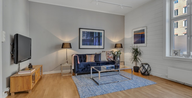 Store vinduer og god takhøyde gjør leiligheten ekstra romslig