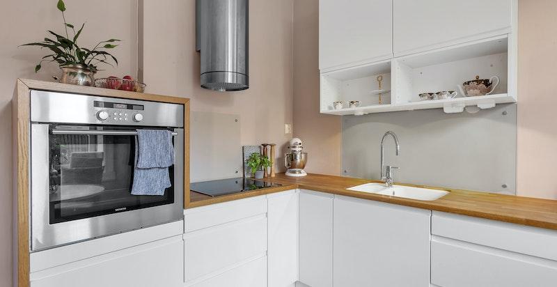 Plassbygget benkeplater og vanger i eik til både kjøkkenbenk og sittebenk