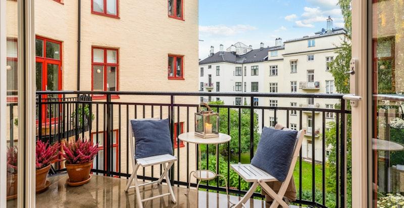 Vestvendt balkong som vender mot rolig bakgård