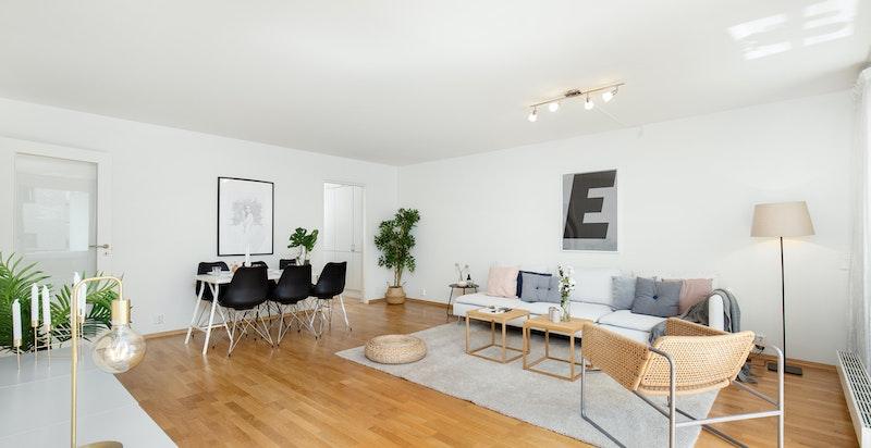 Romslig stue med god plass til stor salong og utgang til balkong