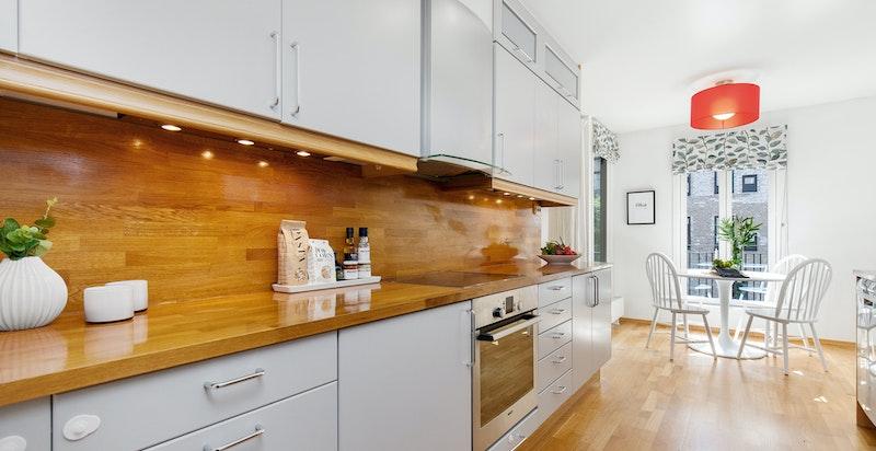 God plass for spiseplass på kjøkken - sjøutsikt fra kjøkkenbordet
