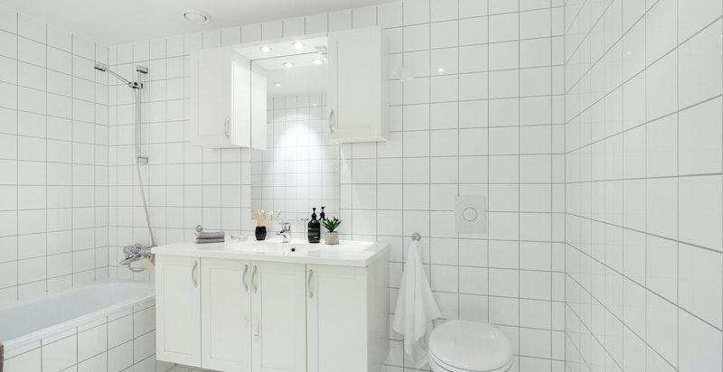Flislagt bad med badekar tilknyttet hovedsoverommet