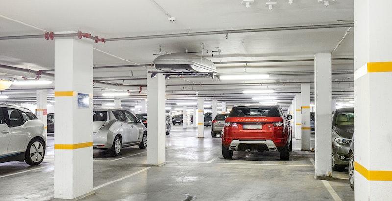Ekstra bred garasjeplass med medfølgende oppheng til takboks. Direkte heisadkomst.