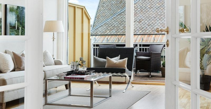 Lys og hyggelig stue/spisestue med balkong og fransk balkong