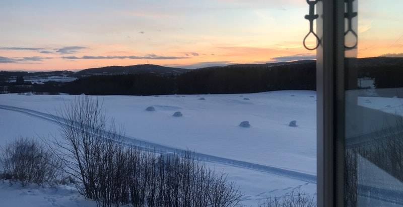 Utsikt fra stuevinduet på vinterstid
