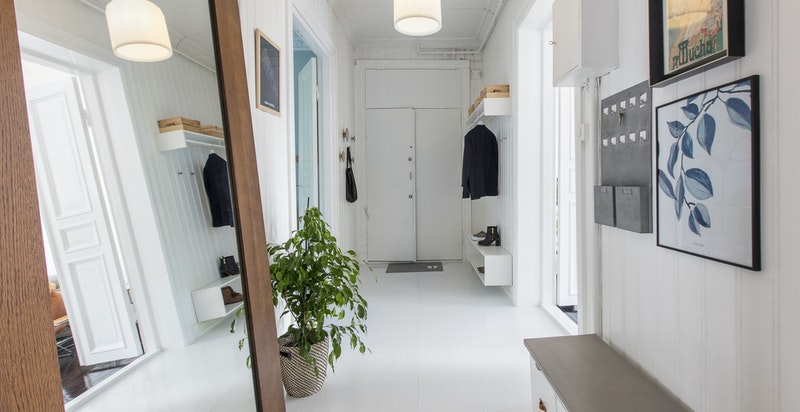 Entrèen er romslig og du har god plass til klesavheng og plassering av sko.
