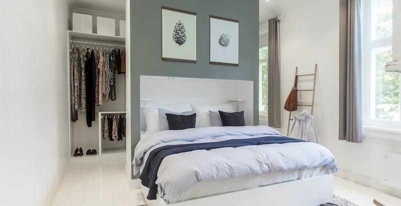 Master bedroomet ligger langt unna stuene og har et eget walk in-closet.