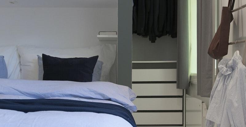 Soverommet vender ut mot sameiets hyggelige bakgård og ligger derfor svalt, stille og fint til.