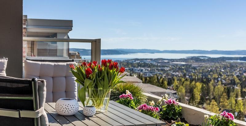Hjertelig velkommen til en solrik leilighet med panoramautsikt.