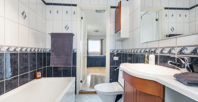 Badet er godt utstyrt. Døren i bakgrunnen går inn til hovedsoverommet.
