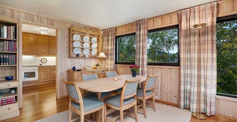 Stue med plass til spisestue og inngang til kjøkken
