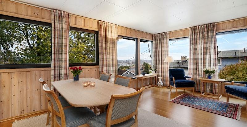 Stue med store vindusflater