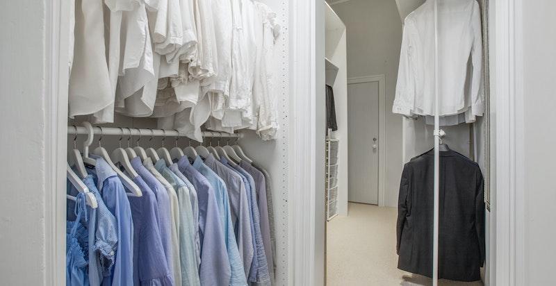 Walk-in-closet med god plass til lagring og oppheng av klær