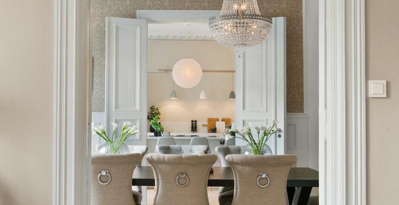 3 stuer/kjøkken på rad med fløydører gir en åpen og luftig følelse