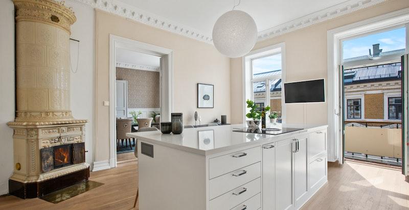 Kjøkkenøy med koketopp og god plass for oppbevaring og sitteplasser