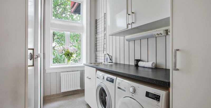 Praktisk separat vaskerom med god lagringsplass og vask. Kan gjøres om til soverom.