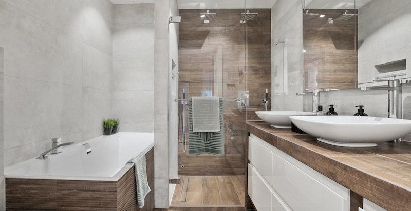 Lekkert flislagt bad med fliser fra Bella Studio og snekkertilpasset innredning. Servanter og badekar fra Villeroy&Boch