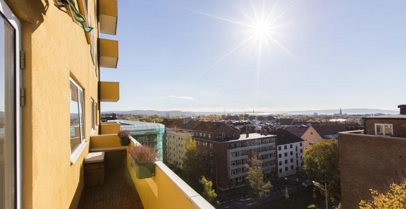 Balkong på 7,5 kvm med svært gode solforhold, utsikt over byen og mot fjorden