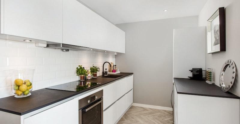 Kjøkkenet har rikelig med skap- og benkeplass