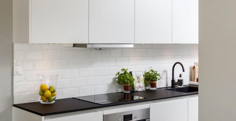 Kjøkken delvis adskilt fra stuen