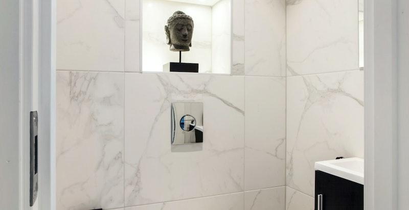 Nyoppusset toalettrom med fliser og varmekabler i gulv