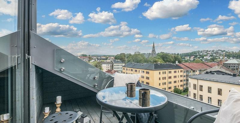 Terrassen er høyt og fritt beliggende med by- utsikt