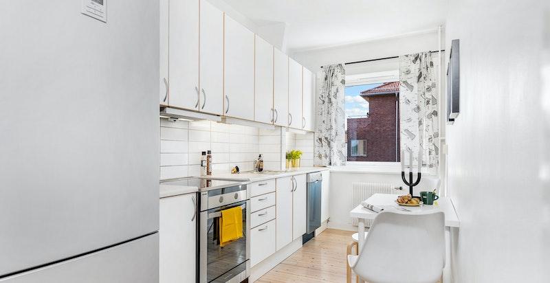 Kjøkkeninnredning og plass til spisebord