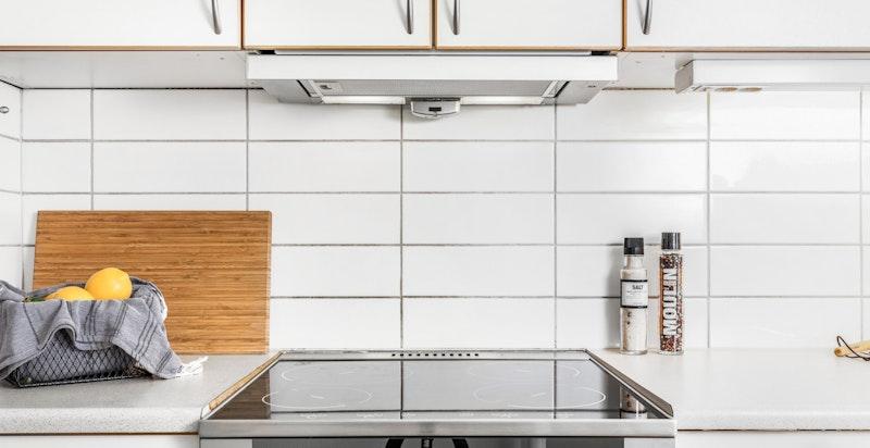 Flislagt felt over benk på kjøkken