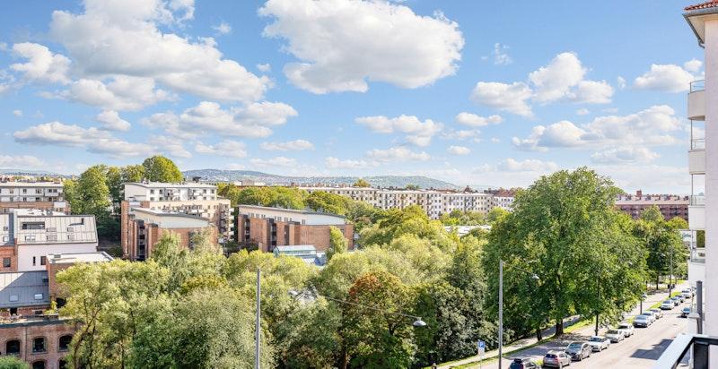 Høyt og fritt beliggende med god utsikt over byen fra balkongen