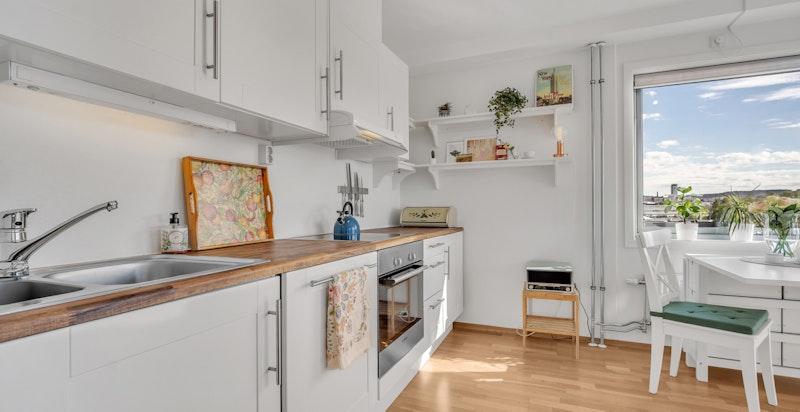 Kjøkkeninnredning og hvitevarerb ble satt inn i 2012 i moderne utførelse