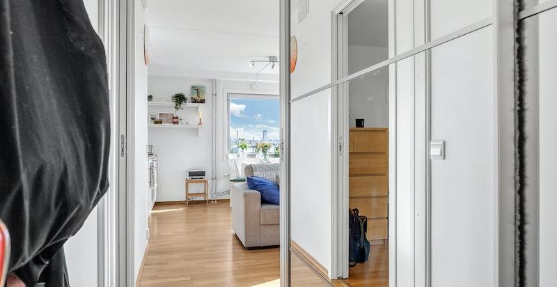Skyvedørsgarderobe med speildør i garderoberom som opprinnelig var del av soverom