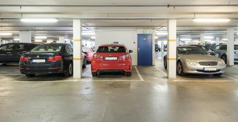 Garasjeplass i felles lukket garasjeanlegg, adkomst med heis til leilighetens etasjeplan