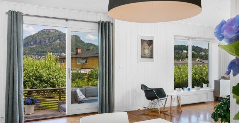 Utgang til terrasse/hage fra stuen