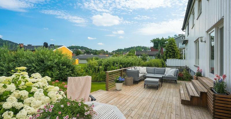 Terrassen har meget gode solforhold og utsikt til Kolsåstoppen m.m.