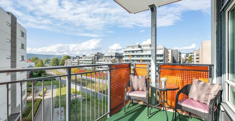 I hovedsak vestvendt balkong på ca. 6 m² med utgang fra stue
