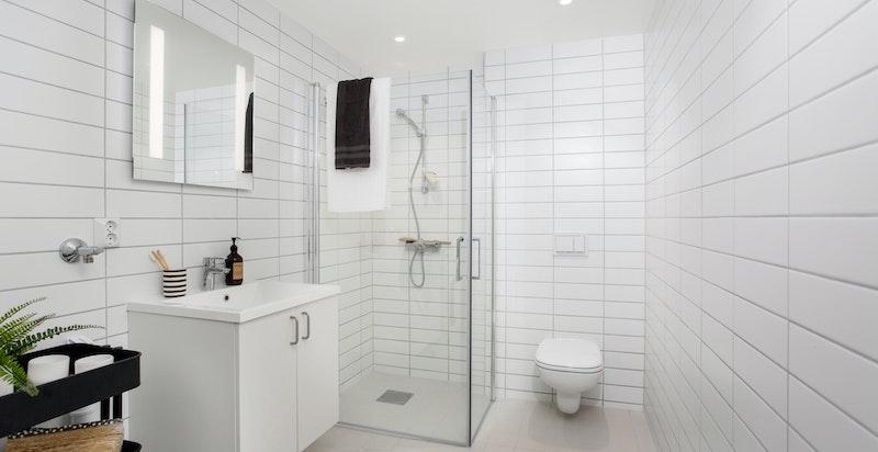 Pent flislagt bad - Innredning fra Norema - Opplegg for vaskemaskin