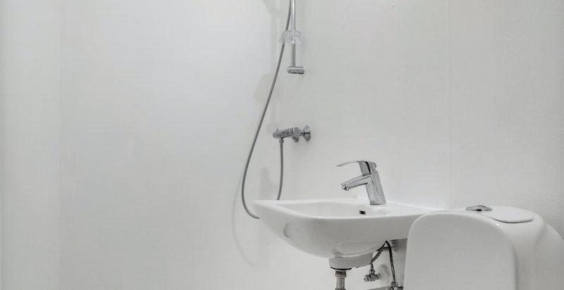 Bad 2 er utstyrt med vegghengt dusj, toalett og servant.
