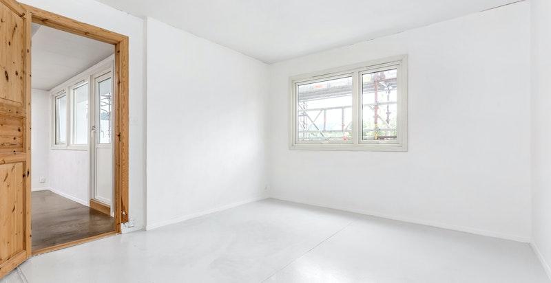 Hovedsoverommet er romslig med god plass til dobbeltseng og garderobeinnredning.