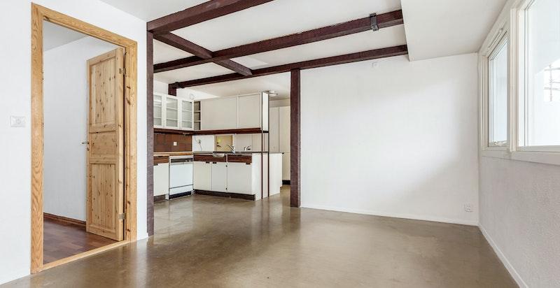 Rommet har plass til spisestue.
