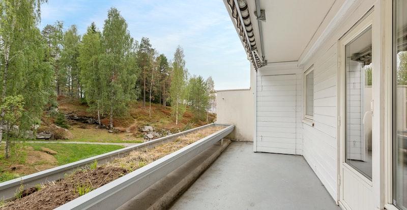 Pent utsyn fra terrassen. Terrassen har også egen utebod med oppbevaringsplass.