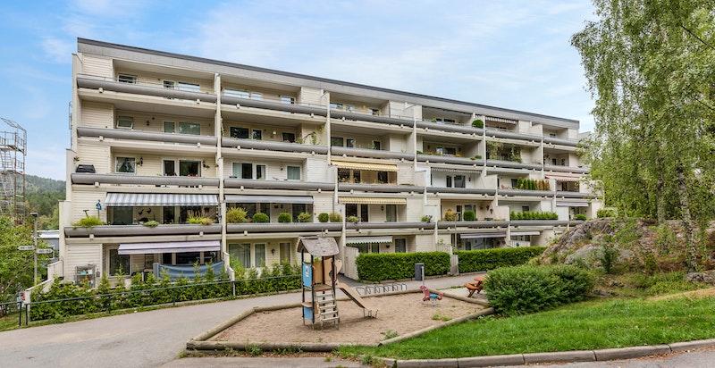 Velkommen til Ragnhild Schibbyes Vei 62! 4-roms oppussingsobjekt med stort potensiale i 3. etasje. 2 romslige terrasser, medfølgende garasjeplass og flere oppbevaringsmuligheter. God intern beliggenhet - Meget barnevennlig og rett ved marka.