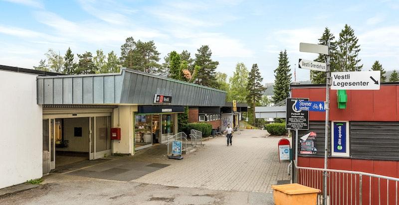 Området har gode muligheter for offentlig kommunikasjon via buss, T-bane, og flybuss. Fra Vestli T-banestasjon går linje 4 og 5 med jevnlige avganger til og fra Oslo sentrum.