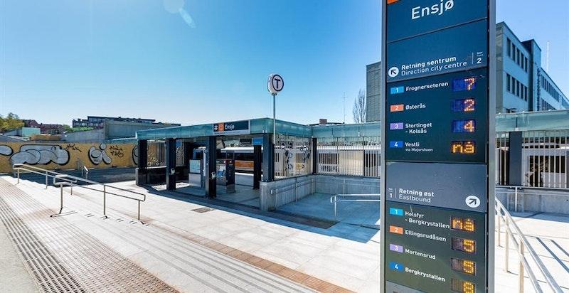 Ensjø T-bane (linje1-4) ligger ca.  600 meter fra leiligheten og bruker 5 minutter til Jernbanetorget.