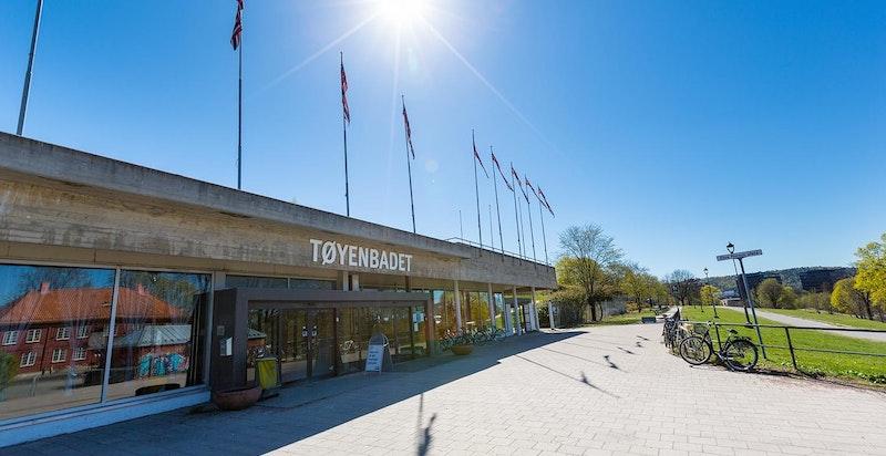 Tøyenparken med populære Tøyenbadet, og Kampen Park ligger kun et steinkast unna.