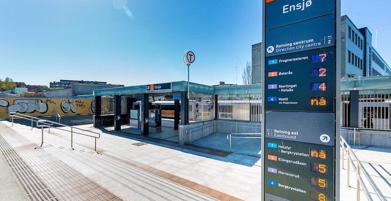 Kun noen få minutters gange fra leiligheten ligger Ensjø T-Bane som raskt, enkelt og miljøvennlig tar deg raskt rundt i byen.