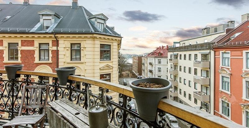 Sørvestvendt balkong (ca. 5,5 kvm) med nydelige solforhold.