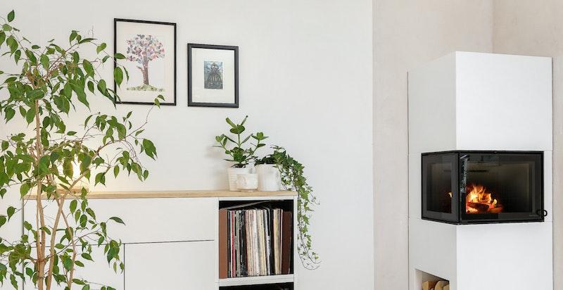 Hyggelig del av stuen med ny peisovn fra 2018